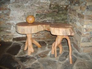 table double avec plateau en orme et pieds en chêne vert - boule en chêne blanc