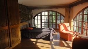 chambre aux larges fenêtres cintrées